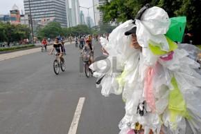 seorang-peserta-kampanye-memberikan-sosialisasi-pengurangan-sampah-kantong-plastik-_130224203001-970